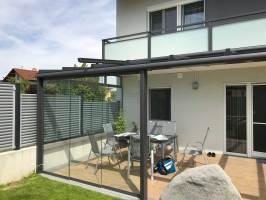 Moderne Terrassenüberdachung in grau mit Windschutz zum ...