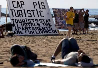Turismofobia. Turistas durmiendo en la playa.