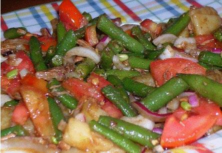 Thunfischsalat mit Tomaten gruenen Bohnen Zwiebeln Kartoffeln