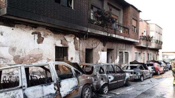 ¡Impactante! Incendia su casa con familiares dentro y quema siete vehículos