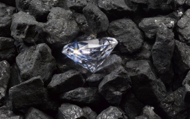 diamante_no_meio_de_carvao
