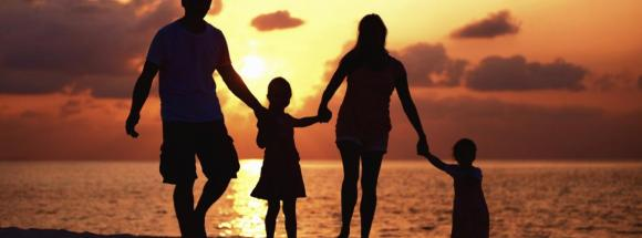 family-silhouette-beach-27489428-web