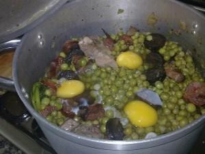 As ervilhas no tacho já com os ovos. Daqui a 1 minuto é por no prato.