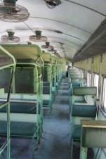 Der Normalpakistaner reist Economy-Class - hier im Bild ein Standardreisezugwagen. Nachts wird die mittlere Liege heruntergeklappt. Die Liegen sind vergleichsweise schmal und kurz, sodass man doch aufpassen muss, nicht herunterzufallen. Im sehr heißen Sommer in Pakistan dröhnen zusätzlich die Ventilatoren