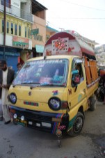 Die Personenbeförderung im ländlichen Bereich wird zu großen Teilen mit solchen Suzukis bestritten. Im Inneren des Fahrzeugs finden ca. 8 bis 10 Personen Platz, am Aufbau hängen dann weitere 10 Leute