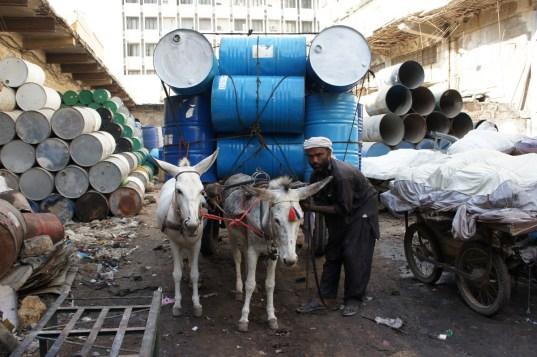 Für den Güterverkehr im Nahbereich werden auch in Großstädten wie hier in Karachi noch von Eseln oder Pferden gezogene Karren eingesetzt
