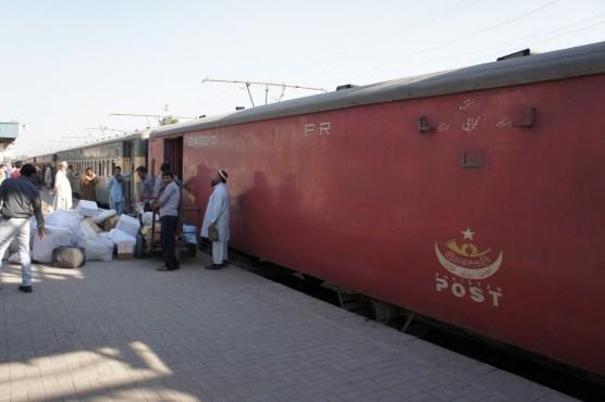 In Deutschland seit einigen Jahrzehnten passé, in Pakistan auf zwei Strecken (Quetta-Karachi, Peshawar-Karachi) unterwegs: Postzüge (aufgenommen in Multan)