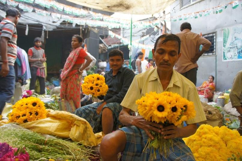 Keine Blumenmädchen, sondern Blumenmänner (Flowers Market in Kolkata)