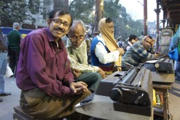 Computer sind selbst in Indien nicht überall präsent. Wer einen Text oder ein Dokument zu tippen hat, der wendet sich an diese netten Herren im Zentrum Kolkatas