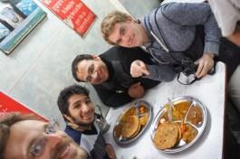 Gefüllte Paratha-Futtern mit Martin, Manish und Kumpel