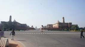 Blick auf die zentralen Regierungsgebäude (Central Secretariat mit North und South Secretariat) und mittig dem Präsidentenpalast