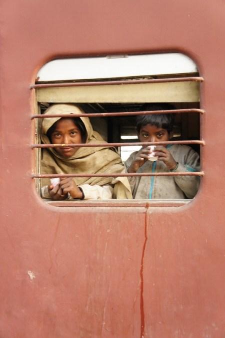 Indische Kinder im Zug von Marwar Jn. nach Mavli Jn. (bei Udaipur)