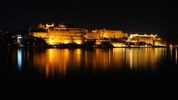 Der City-Palast thront über dem Pichola-See