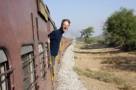 In Indien wird nicht nur mit offenen Fenstern, sondern auch mit offenen Türen Zug gefahren. Herrlich!