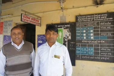 In Indien sind noch alle Bahnhöfe mit Personal besetzt. Sehr praktisch, denn bei Fragen ist der Station Master oder Station Superintendent gleich zur Stelle