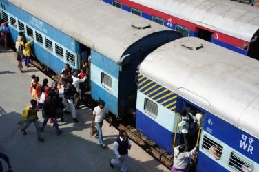 Fahrgastwechsel an einem indischen Regionalzug (Bahnhof Dabhoi, Gujarat)