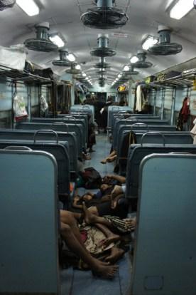 """""""Special Trains"""" werden häufig eingesetzt, um Pilger zu den heiligen Stätten zu bringen. Diese Pilger haben schon eine anstrengende Fahrt hinter sich und nutzen jeden Platz im Zug um sich auszuruhen"""