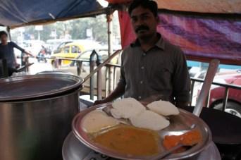 Idlys (Reiskuchen) sind super lecker und werden mit mehreren herzhaften Saucen serviert (Kolkata)