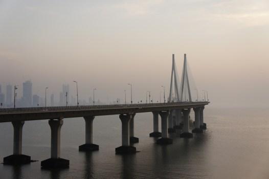 """Die erst vor wenigen Jahren fertig gestellte, mautpflichtige Brücke """"Bandra-Worli Sea-Link"""" gehört zu den Wahrzeichen Mumbais"""