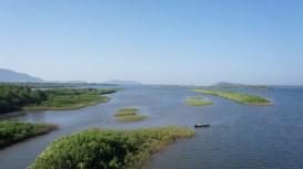 Die Flüsse, die in das Arabische Meer fließen, breiten sich vor ihrer Mündung fast zu Seen aus. Bei der Fahrt entlang der Westküste fährt man daher häufig über sehr lange Brücken, wie hier in der Provinz Karnataka