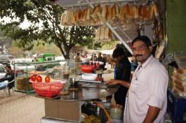 ... der lustige Koch meines ersten Streetfoods in Pakistan (wahrscheinlich war ich auch sein erster deutscher Gast). Es gab Omelett-Sandwich...