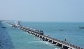 Die mit 2,3 Kilometern längste Eisenbahnbrücke Indiens liegt in Südindien und verbindet das Festland der Provinz Tamil Nadu mit der Insel Pamban