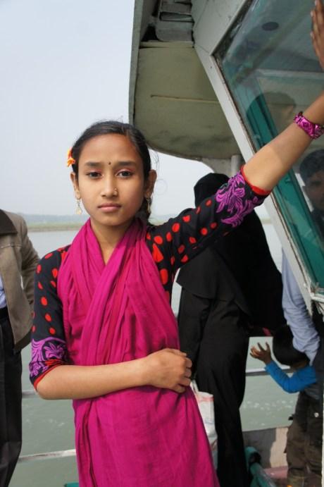 ... eine nette Begegnung war auch das Mädchen auf der Fähre von Bhola Island nach Barisal, das zunächst zu schüchtern war, um sich fotografieren zu lassen. Erst als die anderen Fahrgäste sie zu mir zerrten, brach dann auch bei ihr das Eis...