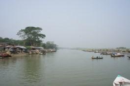 """Vom Wasser lässt sich das Leben der Bangladeschis von einer anderen Perspektive erfahren. So werden in den """"Werften"""" rechts neue Boote gebaut..."""