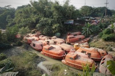 Die Schrottteile werden entweder zur nächsten Stahlhütte gebracht oder am Dhaka-Chittagong-Highway zum Verkauf angeboten. So wie diese Rettungsboote