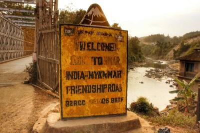 """Die """"India-Myanmar-Friendship-Road"""" werde ich auch in den folgenden Tagen in Myanmar nutzen (Steintafel an der """"Iron Bridge"""" auf der Grenze Indien/Myanmar)"""