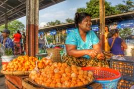 Selbst bei der Arbeit scheinen die Myanmarer immer gut drauf zu sein, wie z.B. diese Frau, die den ganzen Tag Mandarinen/Orangen schält...