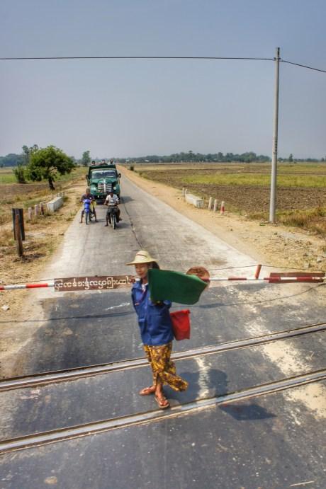 Automatisch technisch gesicherte Bahnübergänge gibt es in Myanmar nicht - diese Arbeit wird von Frauen und Männern gleichermaßen übernommen