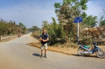 Weitere Kilometer hinter der Brücke ist tatsächlich Schluss - ein Durchkommen nach Bhamo im Kachin State ist nicht möglich. Dieses Foto entstand direkt auf der Grenze von Shan State und Kachin State. Und bis zur chinesischen Grenze sind es auch nur wenige Kilometer