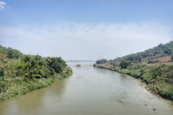 In die andere Richtung bietet sich (in Richtung chinesische Grenze) dieser Blick auf den Shweli River. Wie wohl die Gläubigen zu ihrem Tempel auf die Insel kommen?
