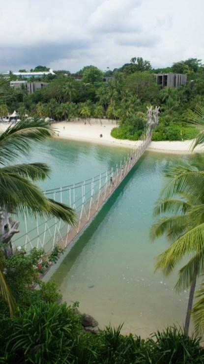 """Als Entschädigung für das etwas eingeschränkte Leben der Singapurer springt die Spaßinsel """"Sentosa Island"""" ein. Hier kann man sogar am künstlichen Strand sonnenbaden"""