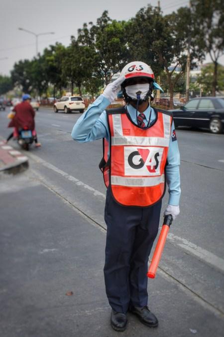 Den ganzen Tag im Straßenverkehr Bangkoks zu stehen ist nicht angenehm - ein Atemschutz muss her! Doch wohin mit der Trillerpfeife? Dieser Verkehrspolizist weiß sich zu helfen...