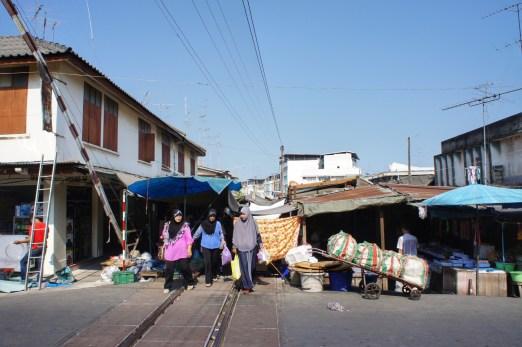 Maeklong: Auf dem Markt herrscht noch reges Treiben, doch...