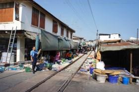 ... dann kündigt sich der Zug an. Schnell die Vordächer der Marktstände hochklappen, um den Zug durchzulassen
