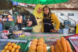 Auch im Süden Thailands gibt es allerhand Streetfood. Das hier sind aber keine Kroketten am Stiel, sondern Hühnchen! Und als Nachtisch? Der Stand nebenan hat gebackene Bananen (Sungai Kolok, an der Grenze zu Malaysia)