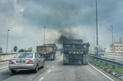 Keine Ausnahme, sondern in Malaysia normal. Die Luftverschmutzung durch den Pkw-, Bus- und Lkw-Verkehr ist in Malysia besonders auffallend. Oft bleibt mir die Luft zum Atmen weg