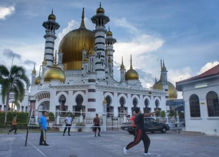 Als Dankeschön, sich von einer Krankheit erholt zu haben, ließ der damalige Sultan am Anfang des 20. Jahrhunderts diese Moschee (Ubudiah-Moschee) in Kuala Kangsar erbauen. Auch heute noch ist Kuala Kangsar hoheitlich: Im etwa 1 Kilometer entfernten Palast lebt der Sultan von Perak (dessen Name ich nicht ausschreibe, weil er seeeehr lang ist)