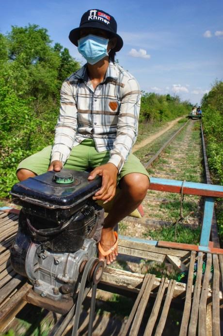 """Früher war der Bamboo Train ein Verkehrsmittel der Einheimischen, heute ist er eine Touristenattraktion. Dennoch sind auch ab und zu Einheimische auf der 7 Kilometer langen Strecke unterwegs. Übrigens: Wenn sich zwei Bamboo Trains auf offener Strecke begegnen, wird der """"Zug"""" mit weniger Reisenden vom Gleis gehoben. Haben beide Bamboo Trains gleich viele Reisende, entscheidet das Verhandlungsgeschick"""