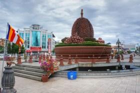 """Kampot ist nicht nur für den Pfeffer, sondern auch für den Anbau von Durian (Stinkfrucht) bekannt. Die Einheimischen sind so stolz auf ihren Durian, dass sie in der Mitte eines Kreisverkehrs eine riesige Frucht platziert haben. Demzufolge heißt der Platz """"Durian Roundabout"""""""