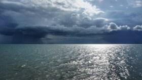 Während der Monsun im Landesinneren noch auf sich warten ließ, regnete es an der Küste im Süden sehr intensiv. Kurz vor dem Weltuntergang war hier das Städtchen Kep