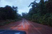 Abendliche Fahrt bei heftigem Regen durch den Dschungel im Süden Kambodschas