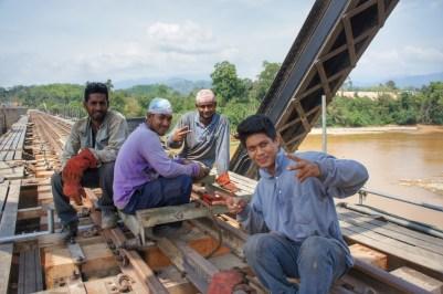 """Diese Brücke wurde vor eineinhalb Jahren von den Fluten mitgerissen. Nun steht sie wieder - teilweise etwas verbogen. Die Herren arbeiten fleißig, damit der """"Jungle-Train"""" bald wieder auf der ganzen Strecke fahren kann"""