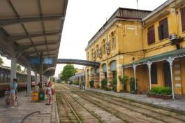 Zahlreiche Gebäude in Vietnam wurden während der französischen Kolonialzeit erbaut und besitzen auch heute noch eine aktive Funktion - wie hier das Bahnhofsgebäude von Haiphong