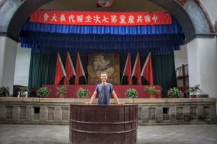 """In diesem Saal (Yangjialing Revolution Headquarters Site in Yan'an) wurde Mao Zedong als Führer der CCP und als Führer der Revolution bestätigt. Im Jahr 2016 halte ich hier meine """"Rede"""", zuhören wollte mir jedoch keiner"""