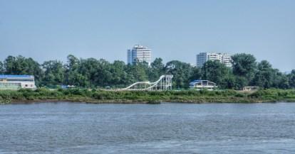 Direkt an der Brücke auf der nordkoreanischen Seite befindet sich ein Spaßbad. Die Nutzer scheinen tatsächlich Spaß zu haben. Warum sich ein Spaßbad direkt an der Grenze befindet - deutlich sichtbar für die internationalen Gäste auf der chinesischen Seite - lässt Raum für Spekulationen