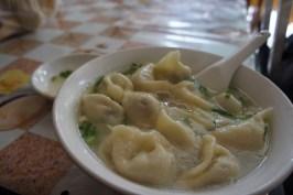 """""""Jiaozi"""", mit Fleisch gefüllte Teigtaschen, werden in verschiedenen Varianten serviert: gebraten, mit einem Dip oder –wie hier –in einer Suppe"""